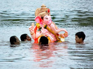 Ganpati Immersion: Photo from hindustantimes.com