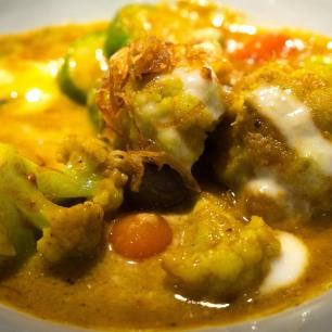 Yellow curry of cauliflower & tomatoes Nahm Bangkok